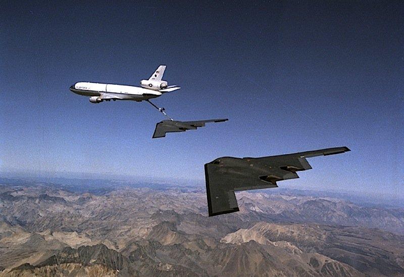 Langstreckenbomber B-2 beim Auftanken in der Luft. Der neue LSR-B soll bis zu 40 Stunden lang in der Luft bleiben können. Das setzt für die zwei Piloten einiges an Komfort voraus, bei einem Stückpreis von 550 Millionen US-Dollar steckt das Pentagon allerdings die Grenze.