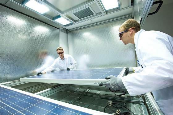 Q-Cells stellt die Produktion der Solarzellen in Bitterfeld ein und verlagert sie nach Malaysia – davon betroffen sind 550 Mitarbeiter. Die Forschungsabteilung soll nicht betroffen sein.