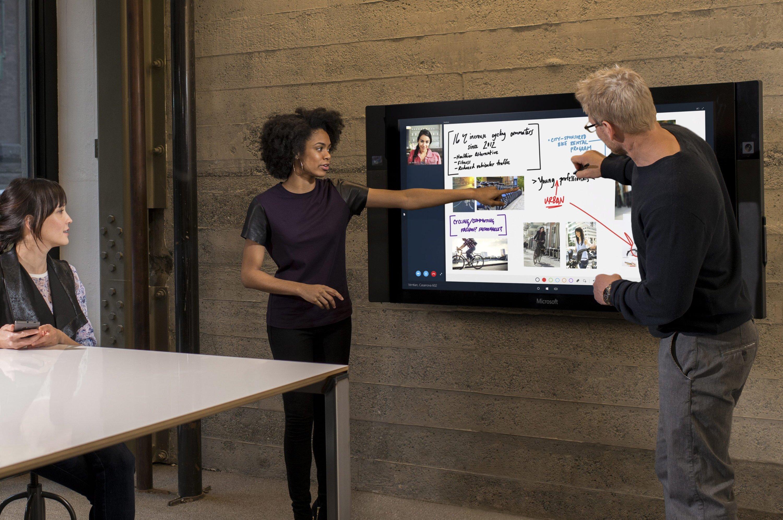 Der Surface Hub ist ein 84 Zoll großer Bildschirm mit 4K-Auflösung und integrierter PC-Hardware. Zudem sind Mikrofone, Lautsprecher und zwei Kameras integriert. Er soll Multitouch-fähig sein und zudem auch die Eingabe mit mehreren Stiften erlauben.