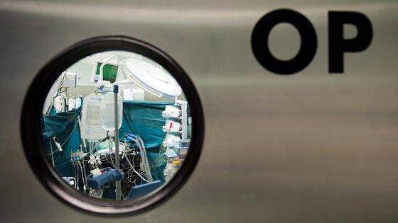 Nach Operationen, bei denen künstliche Implantate wie Herzschrittmacher oder Herzpumpen eingesetzt werden, kommt es oft zu Komplikationen, weil der menschliche Körper die fremden Objekte abwehrt. An der ETH Zürich wurde jetzt eine Methode entwickelt, um besonders gut verträgliche Beschichtungen für Implantate herzustellen.