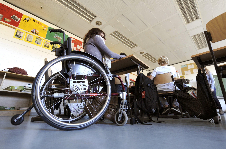 Eine behinderte Schülerin sitzt in ihrem Rollstuhl im Klassenraum einer Integrierten Gesamtschule (IGS) in Hannover. Die neue Schnittstelle könnte sogar vollständig gelähmten Leidensgenossen wieder mehr Mobilität im Alltag ermöglichen.