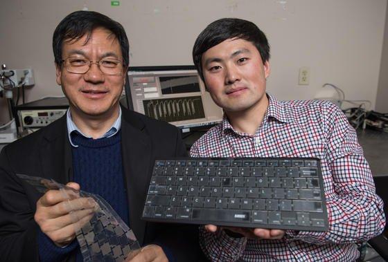 Die Erfinder der intelligenten Tastatur: Professor Zhong Lin Wang (li.)und Student Jun Chen.