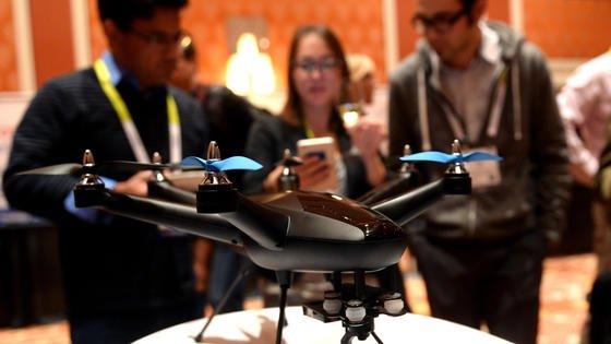 Die Drohne Hexo+ auf der Messe Consumer Electronics Show (CES): An Drohnen ist leicht heranzukommen und der Umgang mit der Technik relativ einfach. Das macht sie leider auch für Kriminelle interessant.