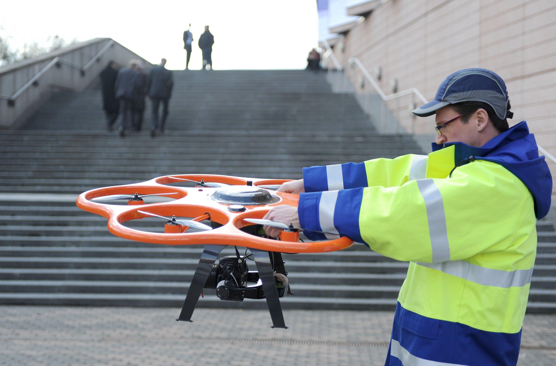 Mit Drohnen wie diesem Hexacopter lassen sich Stromleitungen aus der Luft millimetergenau checken.