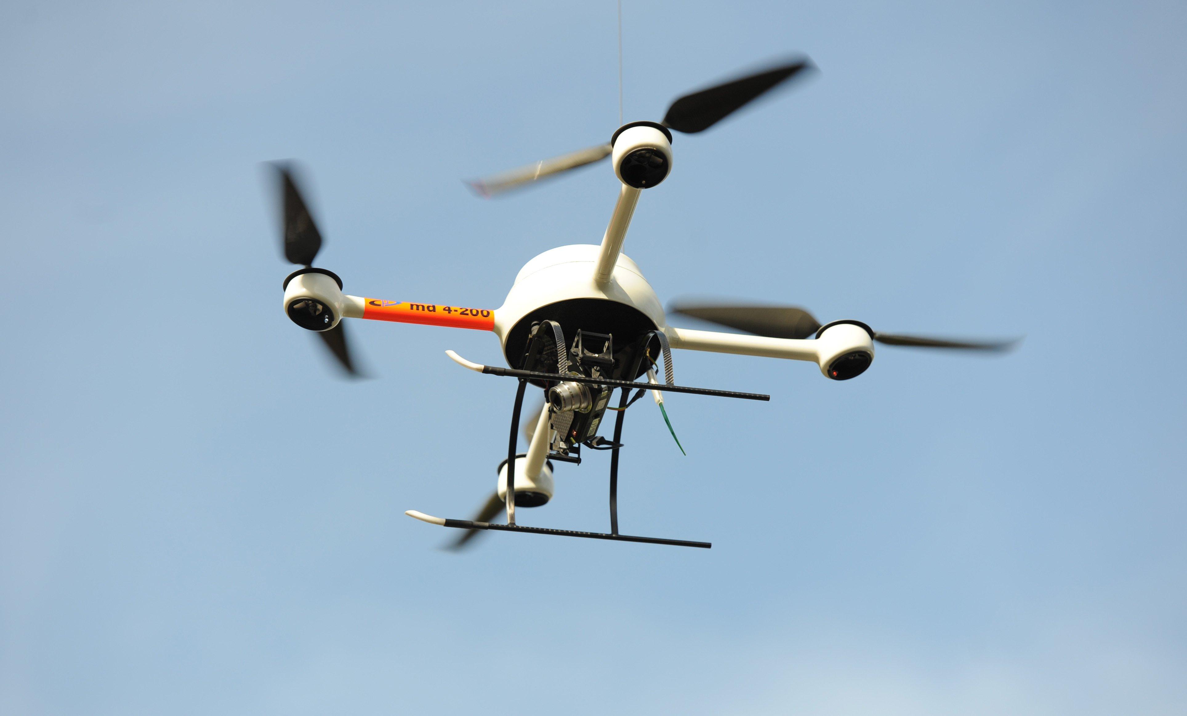 Eine Drohne der Polizei: Sie verfügt über eine Kamera, mit der aus der Luft – beispielsweise zu Überwachungszwecken – gefilmt werden kann.