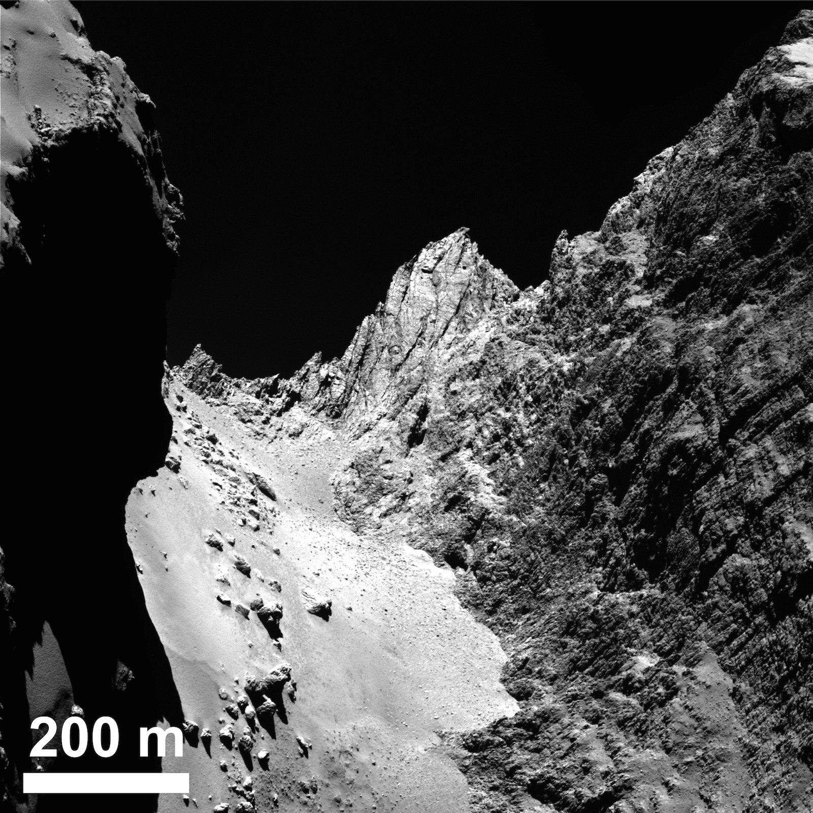 Die Aufnahme zeigt links das eher glatte Terrain der Region und rechts die felsige Region Hathor.