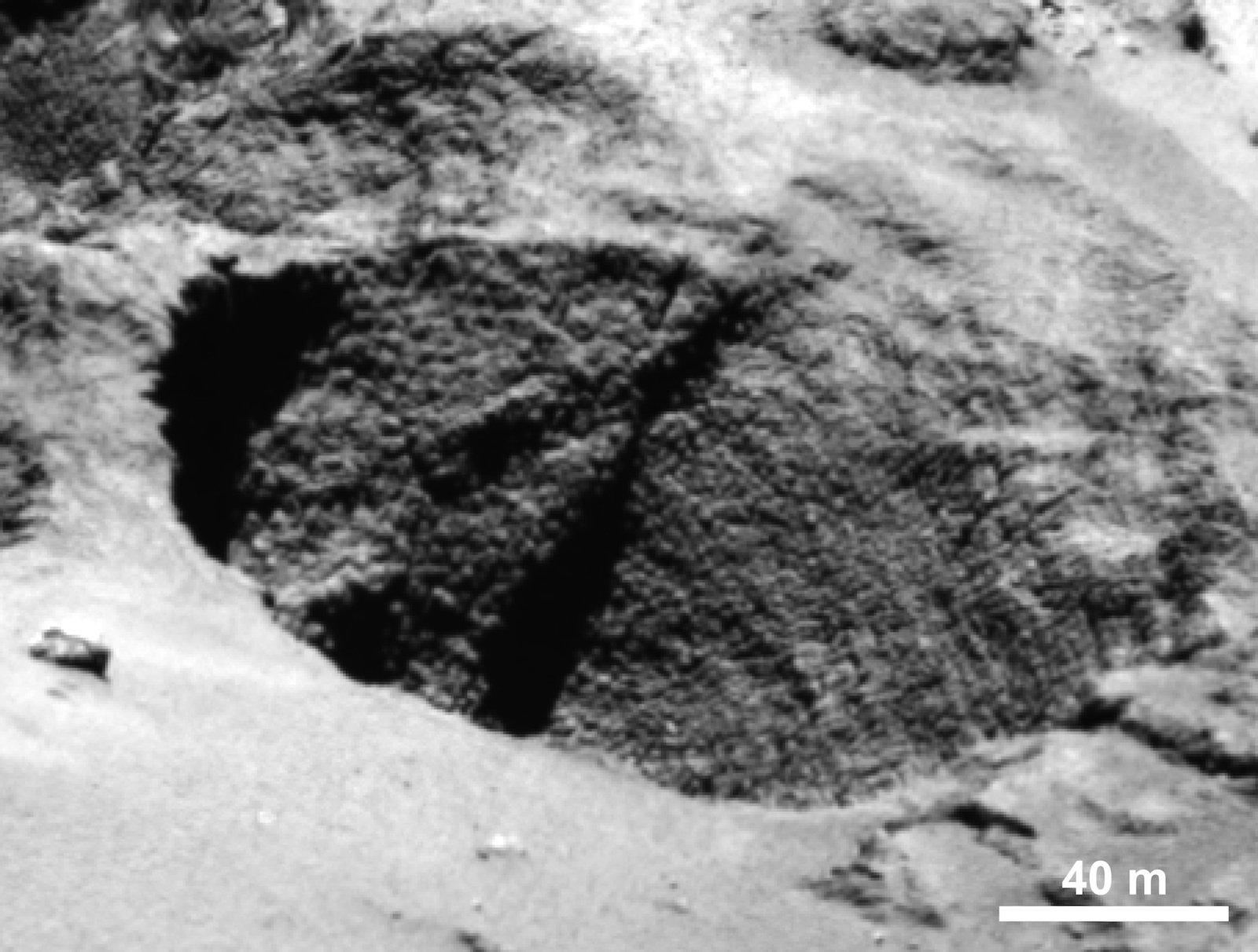 Was aussieht wie eine Gänsehaut sind die Wände von bis zu 300 Meter breiten zylinderförmigen Löcher in Halsnähe und auf dem Rücken des Kometenkerns.