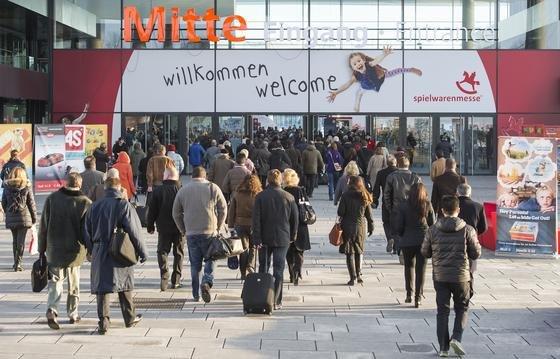 Eingang Mitte der Spielwarenmesse: In Nürnberg werden zwischen dem 28. Januar und dem 2. Februar 2015 rund 75.000 Besucher aus aller Welt auf der Fachmesse erwartet.