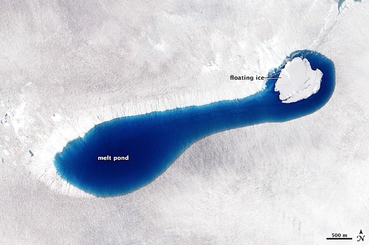 Kratersee auf Grönland 4. Juli 2010: Nur einen Monat später ist der See randvoll gefüllt. Rechts im Bild ist schwimmendes Eis zu erkennen.