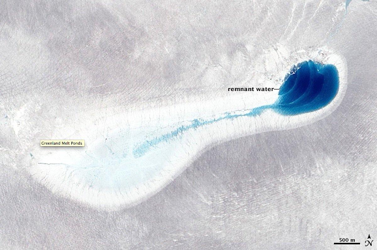 Wieder gut einen Monat später ist der Kratersee wieder leer. Das Wasser hat sich über Gletscherspalten zum Grund des Gletschers vorgearbeitet.
