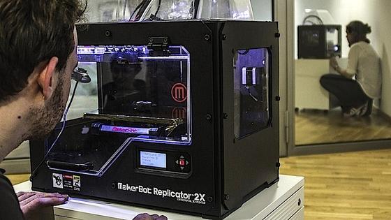 Beamer Scotty besteht aus zwei modifizierten 3D-Druckern: Der eine fräst das Objekt kaputt und schießt von den entstehenden Ansichten Fotos, der andere repliziert das Objekt anhand eines 3D-Modells.