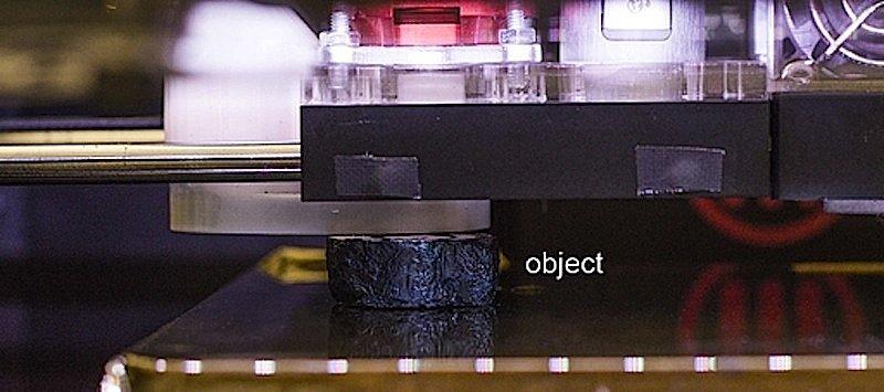 Mit einer Fräse hobelt der modifizierte 3D-Drucker Schicht für Schicht vom Objekt ab. Er pausiert regelmäßig, damit die Kamera von oben Fotos schießen kann.