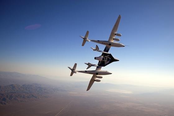 Das Trägerflugzeug WhiteKnightTwo trägt SpaceShipTwo an den Rand des Weltraums.