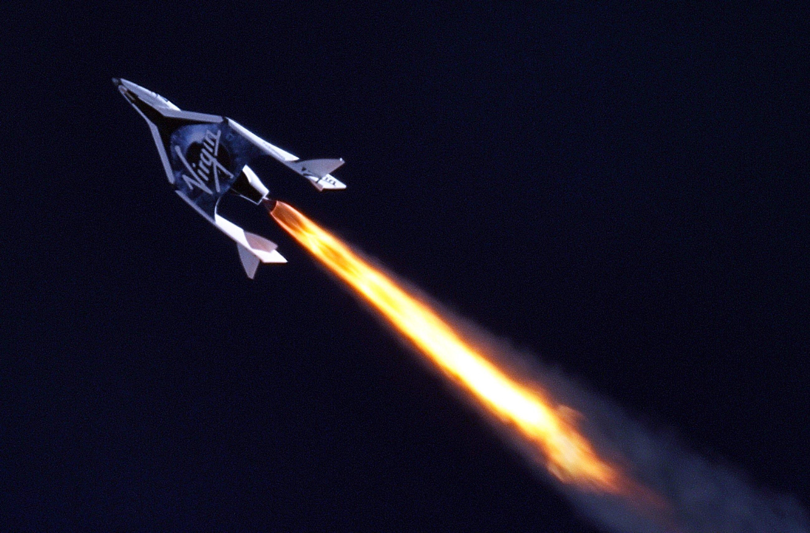 SpaceShipTwo bei einem Testflug im April 2013: 2016 sollen mit dem Raumschiff zum ersten Mal Touristen ins All fliegen