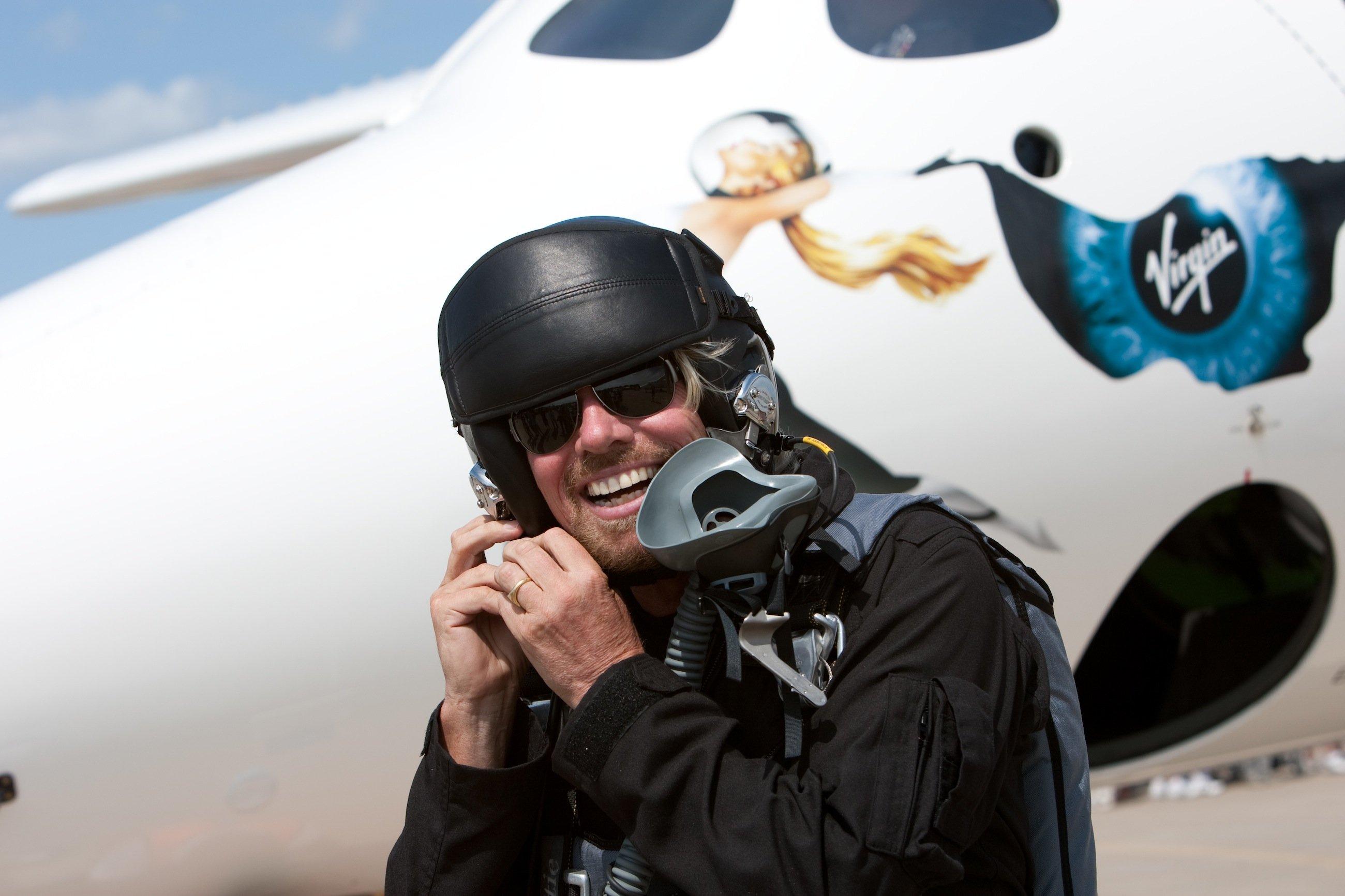 Virgin-Chef Richard Branson vor dem Trägerflugzeug WhiteKnightTwo: Er will trotz des Absturzes des Raumfahrzeugs SpaceShipTwo an der touristischen Raumfahrt festhalten.