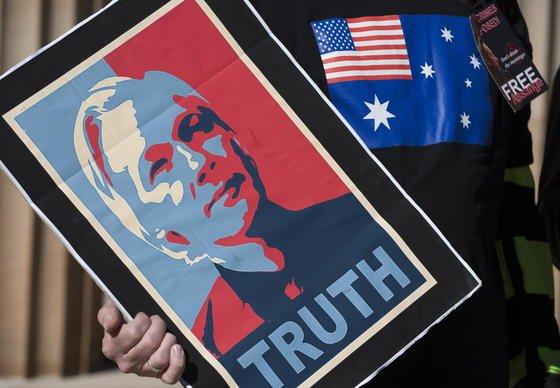 Die Enthüllungsplattform Wikileaks ist gestern mit der Nachricht an die Öffentlichkeit gegangen, dass Google sämtliche vorhandene Daten dreier Wikileaks-Mitarbeiter an das FBI weitergeben hat. Erschwerend hinzu kommt, dass der Internetkonzern Order erhielt, dies jahrelang gegenüber den Betroffenen zu verschweigen.