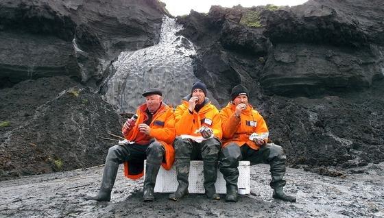 Pause der AWI-Forscher vor einem Eiskeil: Diese riesigen Eisstücke speichern Klimainformationen und sind rund 100.000 Jahre alt.