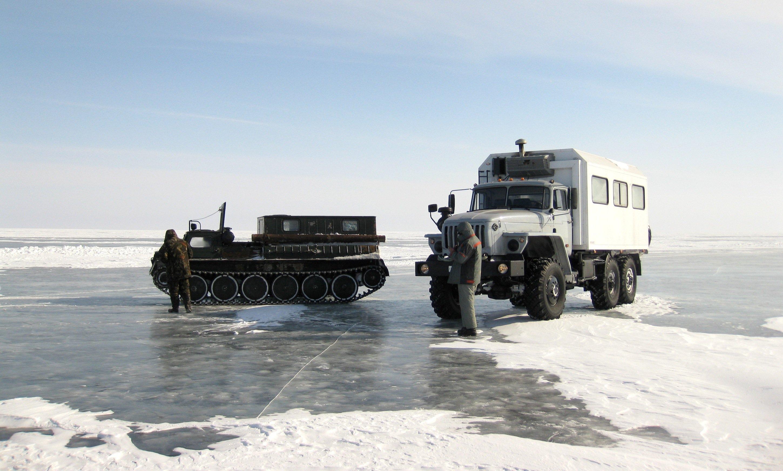 AWI-Forscher unterwegs in Sibirien bei der Überquerung des zugefrorenen Flusses Lena.