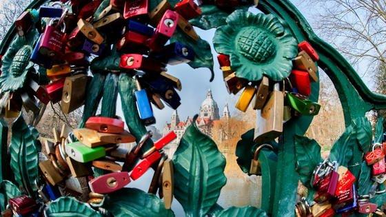 Eng verbunden präsentieren sich im März 2014 die Liebesschlösser am historischen Brückengeländer im Maschpark in Hannover. Wer seine Liebesbekundung retten will, muss sich jetzt beeilen. Im Februar wird die Verwaltung der Stadt sie entfernen.