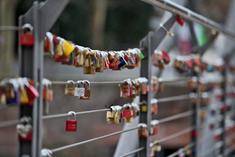 Hier geht noch was: Auf einer Fußgängerbrücke in der Nürnberg ist noch reichlich Platz für weitere Liebesschlösser am Geländer. Vielleicht ritzen in Bayern ja die Pärchen ihre Initialien doch noch lieber in einen Baum oder eine Parkbank, um sich ewige Liebe zu schwören. Zumal hier die Behörden nicht lange fackeln. Hängen die Stahlseile des Geländers durch, werden die Liebesschlösser mit dem Bolzenschneider geknackt und entfernt.