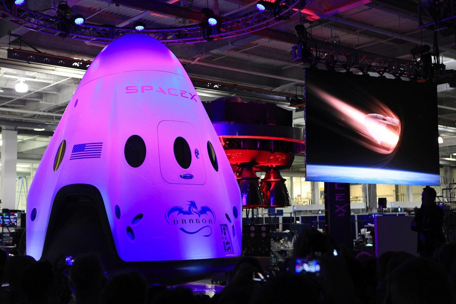 Auch SpaceX will mit seiner Dragon-Kapsel bereits 2017 bemannte Testflüge starten. Wann es aber richtig los geht, steht bislang noch nicht fest.