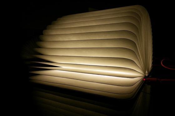 Lumio sieht aus wie ein Buch, ist aber nach dem Aufklappen eine Lampe.