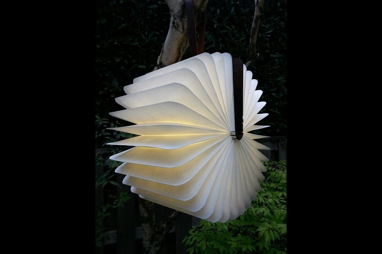 Im Buchrücken der Lumio-Lampe sind nicht nur die LEDs untergebracht, sondern auch ein kräftiger Magnet. Dadurch lässt sich die Lampe leicht an metallischen Untergründen befestigen.
