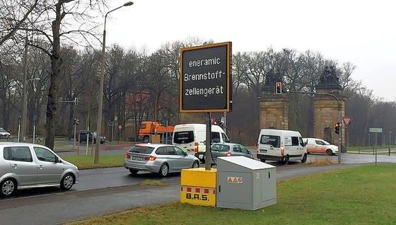 In Dresden testen die Fraunhofer-Forscher ihren Brennstoffzellen-Generator. Er läuft mit Flüssiggas und versorgt LED-Tafeln bis zu drei Wochen mit Strom. Akkus machen oftmals nach einer halben Woche schlapp.