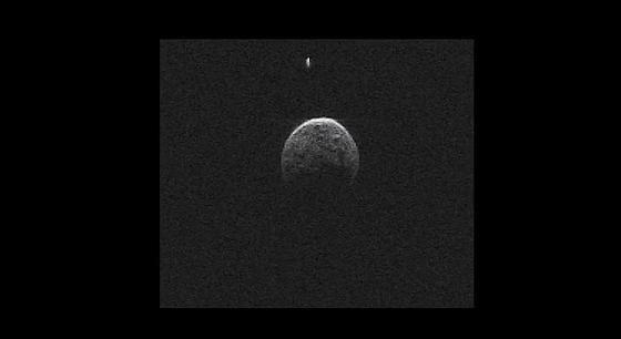 Beim Vorbeiflug an der Erde hat sich bestätigt, was Astronomen bereits vermuteten: Asteroid 2004 BL86 wird von einem kleinen Mond begleitet.