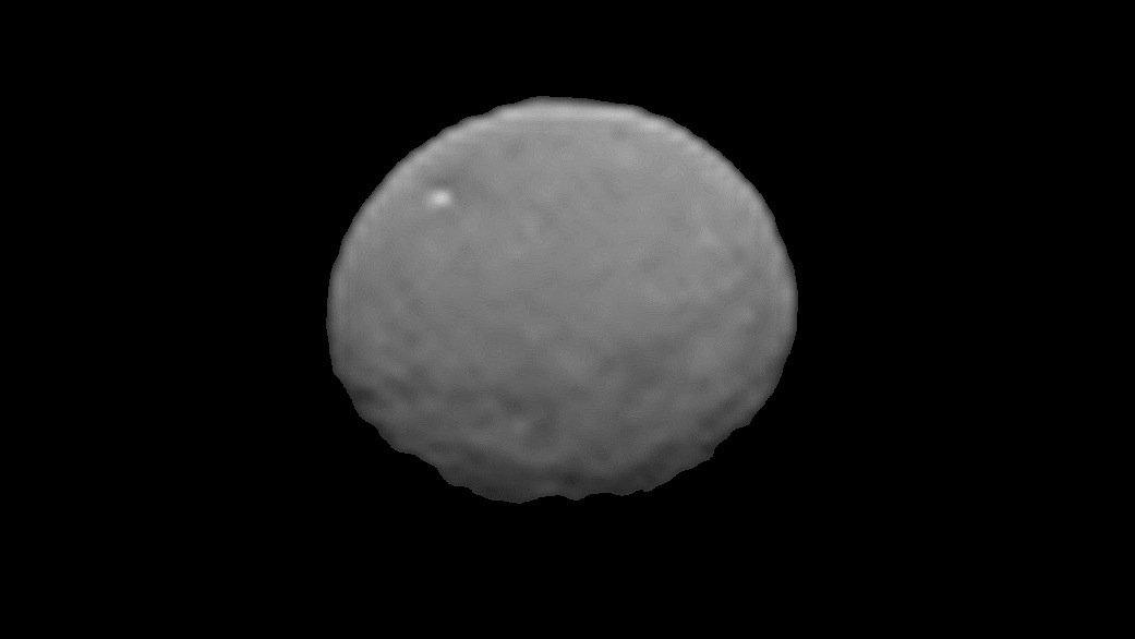 Diese bearbeitete Aufnahme des Zwergplaneten Ceres vom 25. Januar 2015 wurde mit der deutschen Kamera an Bord der amerikanischen Dawn-Sonde erstellt. Die Sonde befand sich dabei 237.000 Kilometer von Ceres entfernt.