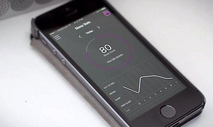 Luna schreibt auch Tagebuch: Wie oft sich der Mensch, der Luna ins Haus geholt hat, nachts wälzt, sein Herz schlägt, er Luft holt – all die schönen Daten sammelt Luna die neugierige Matratzenauflage und sendet sie an die Android- oder iOS-App des Nutzers.