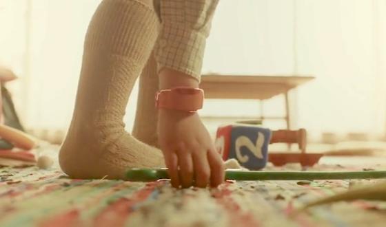 Das Armband arbeitet mit Gyroskop- und Beschleunigungssensoren und gibt parallel zur Bewegung das gewünschte Geräusch ab. So können Kinder einen Plastikstab in einen surrenden Zauberstab verwandeln oder mit einer Suppenkelle Tennis spielen.