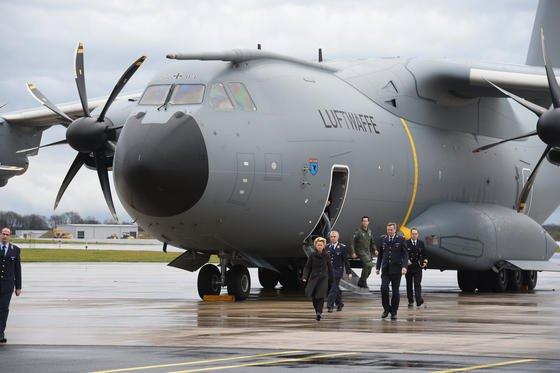 Bundesverteidigungsministerin Ursula von der Leyen (CDU) bei der Besichtigung einer A400M am 19. Dezember 2014 auf dem Fliegerhorst Wunstorf in der Region Hannover. Das Bundesverteidigungsministerium hat 53 dieser Militärmaschinen bestellt.