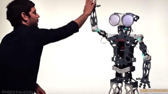 Ein wahrer Freund: der humanoide Roboter von Meccano denkt sogar an den Geburtstag seines Spielgefährten.