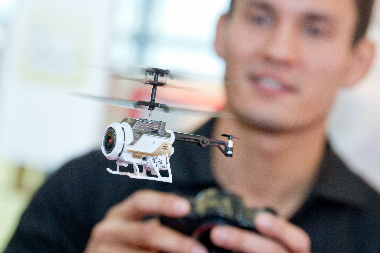 Mit einer Videokamera ausgestattet ist der ferngesteuerte Hubschrauber Spy Cam Nano von Silverlit Toys Manufactory.