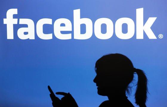 User stimmen den neuen Nutzungsbedingungen automatisch zu, wenn sie Facebook nach dem 30. Januar nutzen. Ein Unding, wettern Datenschützer. Das Unternehmen ignoriere damit deutsches Datenschutzrecht.