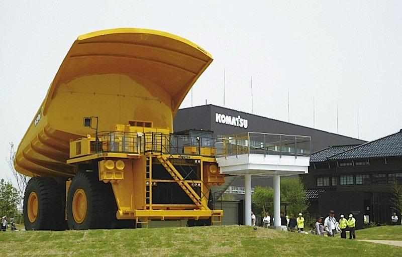 Komatsu setzt auf Automatisierung, um sich gegen westliche Konkurrenz behaupten zu können. Das Unternehmen bietet auch Bagger mit Hybridmotoren und fahrerlose Lastwagen an.