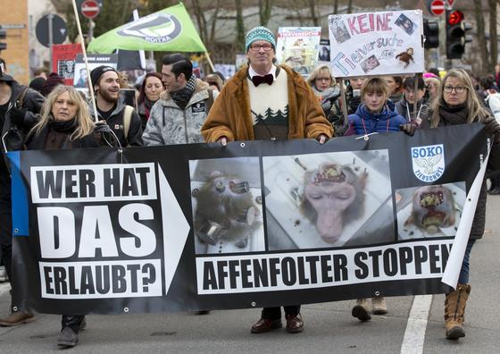 Tierschützer demonstrierten am 20. Dezember 2014 in Tübingen gegen den Einsatz von Affen in der Forschung am Max-Planck-Institut für biologische Kybernetik. Die Staatsanwaltschaft wertet jetzt die Unterlagen aus, die die Polizei bei der Durchsuchung beschlagnahmt hat.