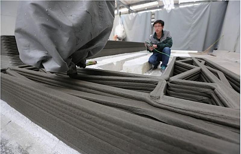 Herzstück des 3D-Druckers ist eine Betonpumpe, die Bauteile Schicht für Schicht ausdruckt. Als Tinte kommt Zement zum Einsatz, der mit Sand, gemahlenem Bauschutt und Glas vermischt ist.