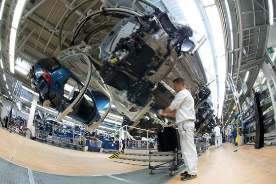 Die meisten Arbeitsplätze bei VW sind ergonomisch optimiert. Es gibt aber noch belastende Tätigkeiten, die zukünftig Roboter übernehmen.