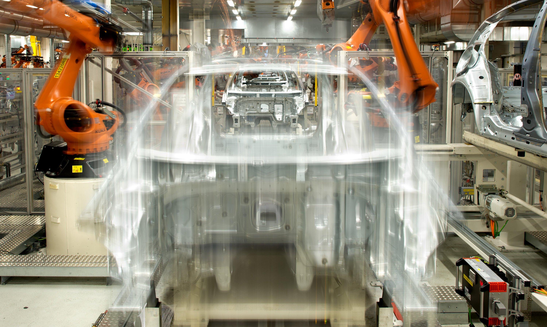 Eine Fachkraftstunde in der deutschen Autoindustrie kostet rund 40 Euro. Roboter sollen bei VW Routinearbeiten zukünftig für fünf Euro pro Stunde erledigen.