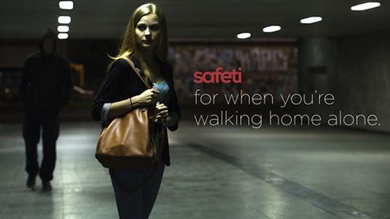 Mit dem lippenstiftgroßen Safeti in der Hand sollen sich Frauen sicherer fühlen. Einmal gedrückt soll sich nach der Idee der Erfinder eine Zentrale melden, der Hilfe suchenden Person Instruktionen erteilen und schlimmstenfalls Rettung veranlassen.