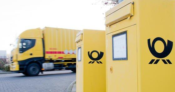 Lkw und Briefkästen der Deutschen Post: Die Post testet in Bonn in einem Großversuch Lkw mit Elektroantrieb. Jetzt haben Forscher in Chemnitz einen Elektroantrieb entwickelt, der die Kosten für E-Laster stark senken soll.