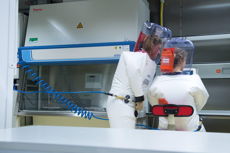 Die Mitarbeiterinnen des Robert-Koch-Instituts tragen im Hochsicherheitslabor Schutzanzüge mit eigener Luftzufuhr.