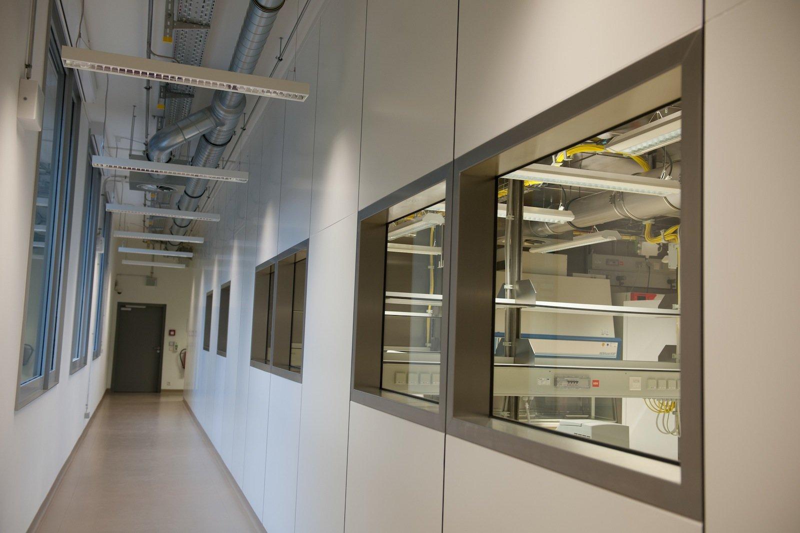 Ein komplett abgedichteter Raum mit eigener Luft-, Strom- und Wasserversorgung: Das neue S4-Labor in Berlin. Bei einer Laborfläche von ca. 330 Quadratmetern können bis zu zehn Personen gleichzeitig arbeiten.