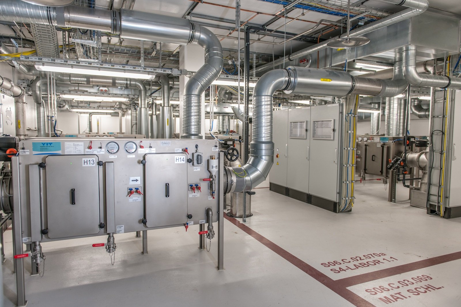 Die gesamte Abluft aus dem Hochsicherheitslabor wird über ein mehrstufiges Filtersystem mit hocheffizienten Filtern (HEPA-Filter) geführt. Damit ist sichergestellt, dass keine Erreger nach außen gelangen können. Die Abluftmenge des Hochsicherheitslabors beträgt mehr als 20.000 m³/Stunde.