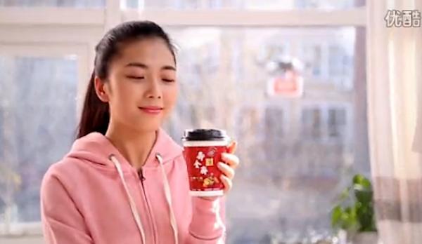 Glückliche Kundin: Im Werbevideo hat die Warenauslieferung per Drohne perfekt funktioniert. Der Tee wird umgehend konsumiert.