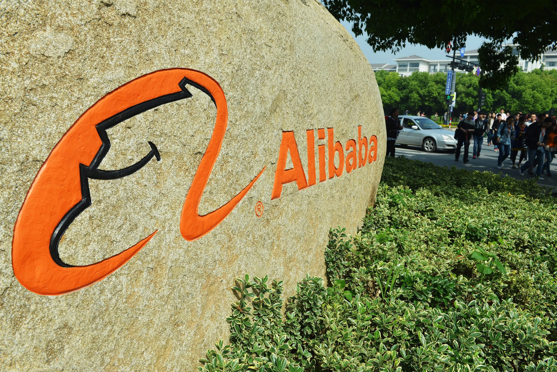 Am Boden: das Logo des chinesischen Internet-Giganten Alibaba.Konzern-Chef Jack Ma büßte gerade den Titel reichster Mann Chinas ein. Laut dem Hurun-Report, Chinas bekanntesten Reichen-Ranking, belegt er aktuell den dritten Platz. Taobaoist die Internet-Plattform der Alibaba-Group, auf der jeder ohne Startgebühr seinen eigenen Laden eröffnen kann.