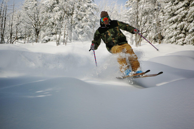 Darüber freuen sich vor allem Nostalgiker: Der Ski aus Holz erlebt sein Comeback.
