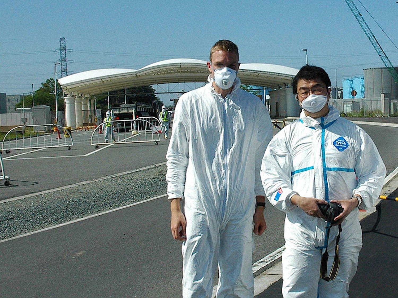 TU-Wien-Forscher Georg Steinhauser mit seinem Kollegen Katsumi Shozugawa in Fukushima. Die Forscher hatten Zugriff auf 900.000 Lebensmittelproben, die japanische Behörden nach dem Reaktorunglück gesammelt hatten.